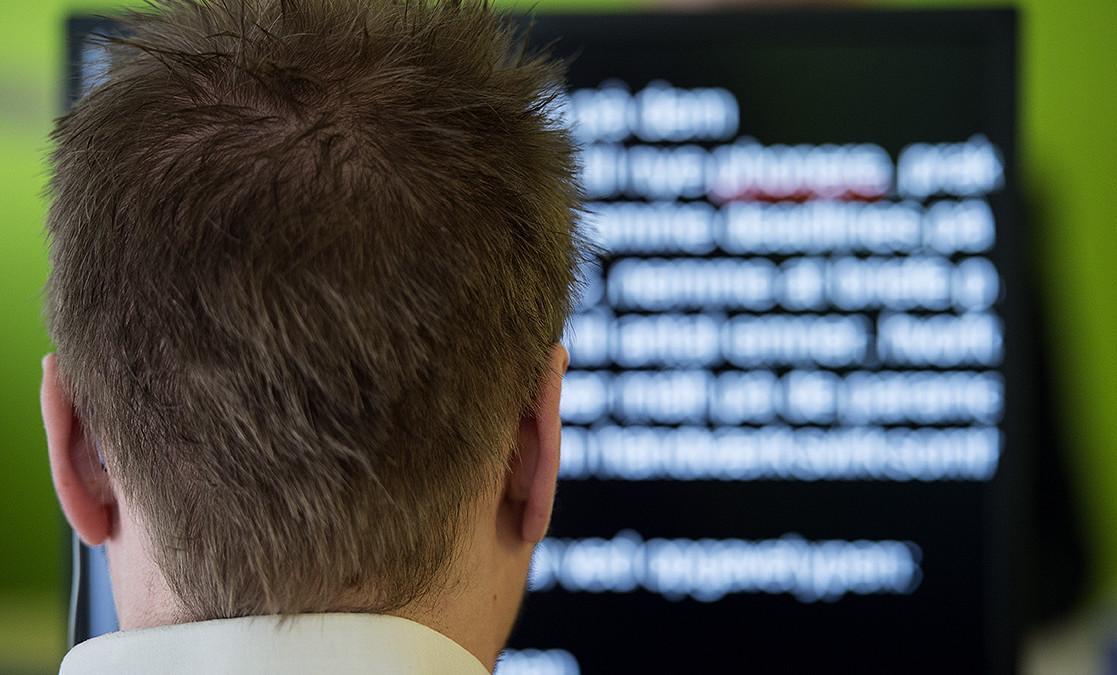 Medarbejder der læser på sin skærm